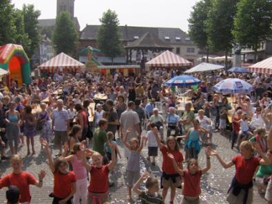 Zomerkriebels 2009 - publiek, dansende kinderen