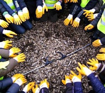Deelnemers straat.net met handschoenen in een cirkel