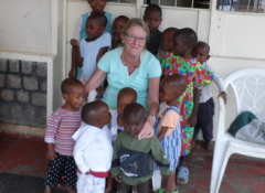 Miya Durwael omringd door kinderen